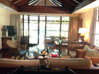 リビング ルームの家具と大きな窓いっぱいの写真・画像素材[740039]