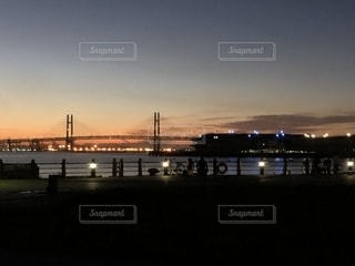 水の体の上の橋の写真・画像素材[1397480]