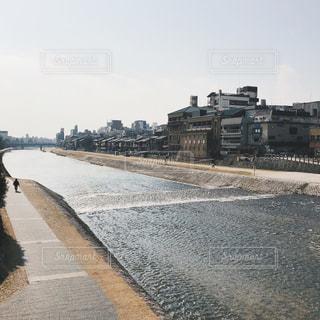 水の体の上を橋を渡る列車の写真・画像素材[740045]