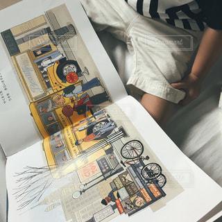 テーブルの上の新聞の写真・画像素材[740054]