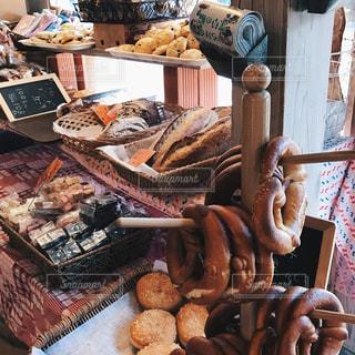 テーブルの上に食べ物の束の写真・画像素材[740080]