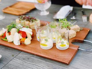 木製のテーブルの上に食べ物の写真・画像素材[1468111]