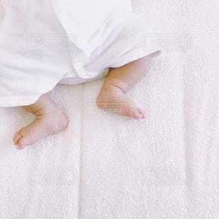 ベッドの上で横になっている人の写真・画像素材[1468370]
