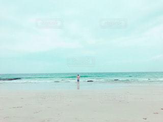 ビーチに立っている人の写真・画像素材[740130]