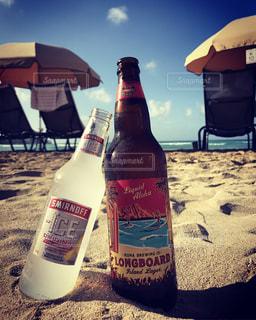 テーブルの上のビール瓶の写真・画像素材[740173]