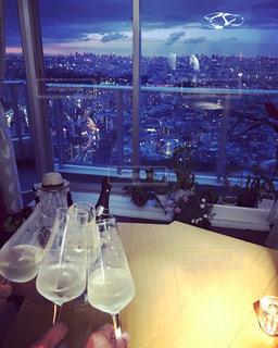 ワイングラスとテーブルに座っている人のグループの写真・画像素材[740188]
