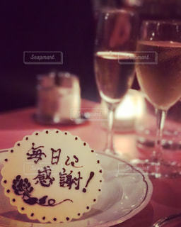 テーブルの上の赤ワインのガラスの写真・画像素材[740189]