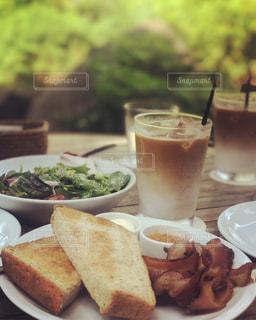サンドイッチとコーヒーのカップ食品のプレートの写真・画像素材[740190]