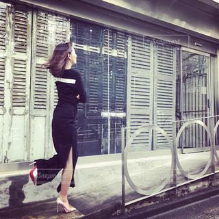 建物の前に立っている女性の写真・画像素材[740201]