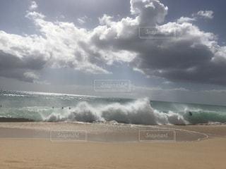 ビーチで空の雲のグループの写真・画像素材[740215]