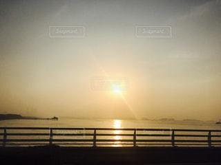 水の体に沈む夕日の写真・画像素材[740228]