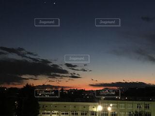 夜の街に沈む夕日の写真・画像素材[740232]
