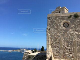 大きい石造りの時計塔のある建物 - No.740164