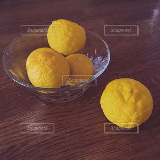 木製のテーブルの上の柚子の写真・画像素材[2777178]