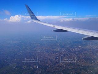 空高く飛ぶ飛行機からの景色の写真・画像素材[766388]