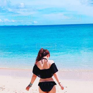 ビーチに立っている女性の写真・画像素材[740923]