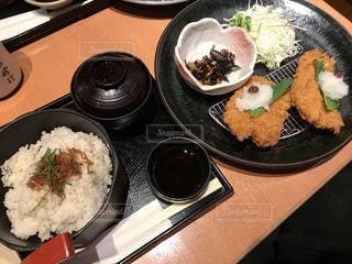 テーブルの上に食べ物のプレートの写真・画像素材[744697]