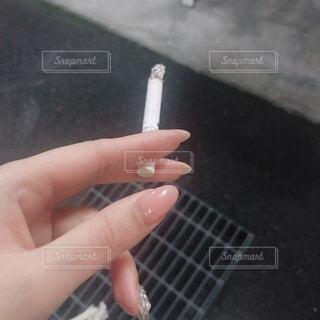 タバコを持つ女性の手の写真・画像素材[2926673]