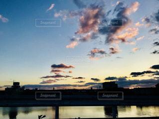 近くに水域の上空の雲の上の写真・画像素材[894029]