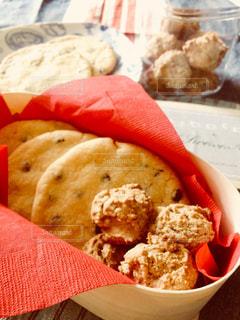 箱と瓶に入ったチョコチップクッキーとドロップクッキークッキーの写真・画像素材[2508076]