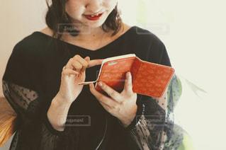 携帯を操作する女性の写真・画像素材[2611029]