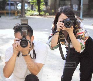 写真をとる男女の写真・画像素材[2611645]