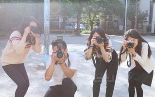 公園で写真撮影をする男女の写真・画像素材[2611646]