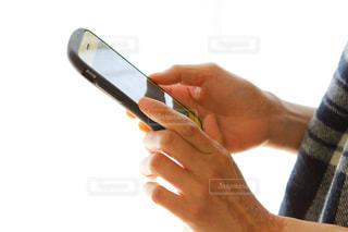 携帯電話を持つ手の写真・画像素材[2729415]