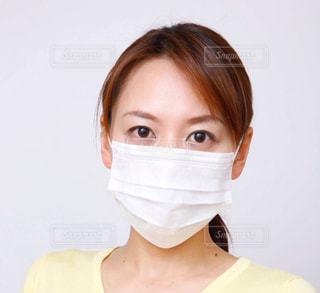 マスクをしている女性の顔のアップの写真・画像素材[3225424]