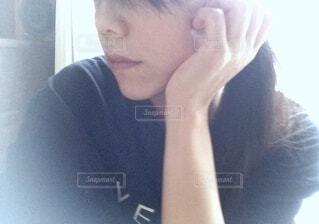 頬杖をつく女性の横顔の写真・画像素材[3665555]