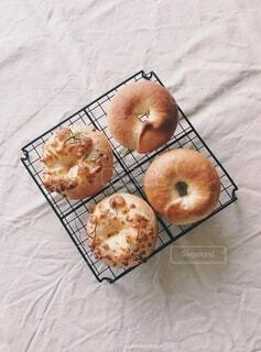 網の上のベーグルパン。手作り。の写真・画像素材[3681539]