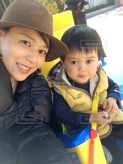 帽子をかぶった小さな男の子と笑顔のお母さんの親子の写真・画像素材[3719218]