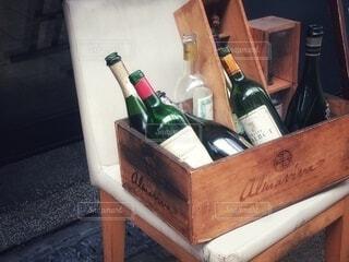 椅子の上の木箱に入った沢山のボトルの写真・画像素材[3989265]
