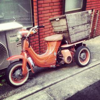 建物の側に停まっている三輪バイクの写真・画像素材[741606]