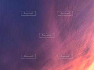 空を飛んでいる人の写真・画像素材[743745]
