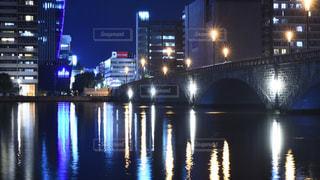 夜の空の都市と水の間の橋の写真・画像素材[742306]