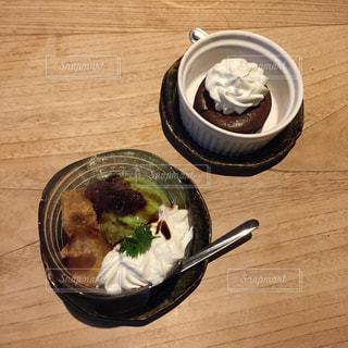 テーブルの上に食べ物のボウルの写真・画像素材[862365]