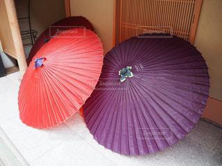 赤と白の傘の写真・画像素材[1192076]