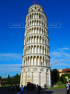 ピサの斜塔にそびえる大きな時計塔の写真・画像素材[1311197]