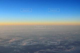 水の体に沈む夕日の写真・画像素材[742684]