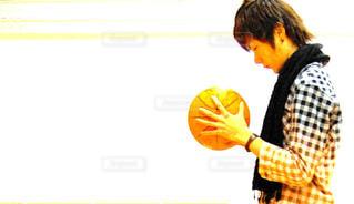 バスケットボールを持つ男性の写真・画像素材[742745]