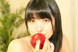 りんごを食べる人 - No.742857