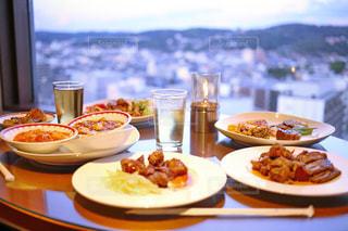 テーブルの上に食べ物のプレート - No.742883