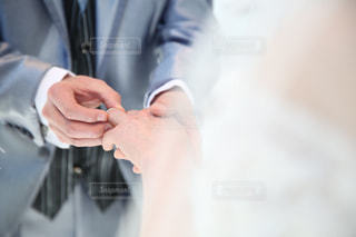指輪を指に入れる - No.742888