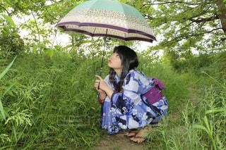 傘を保持している女性 - No.743098
