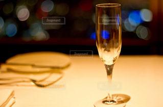 近いテーブルに座ってワイン グラスのアップ - No.743134