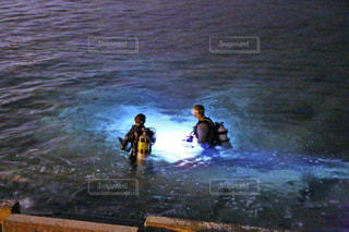 水のサーフボードで波に乗って男 - No.856451