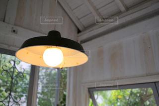 ウィンドウの横にあるランプの写真・画像素材[856459]