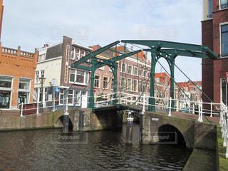 オランダ・ライデン、運河に架かる跳ね橋の写真・画像素材[801770]