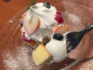 ふわふわスポンジケーキ、生クリームとフルーツ付きの写真・画像素材[896910]